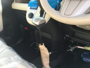 アクセルブレーキを手動で操作する福祉車両改造