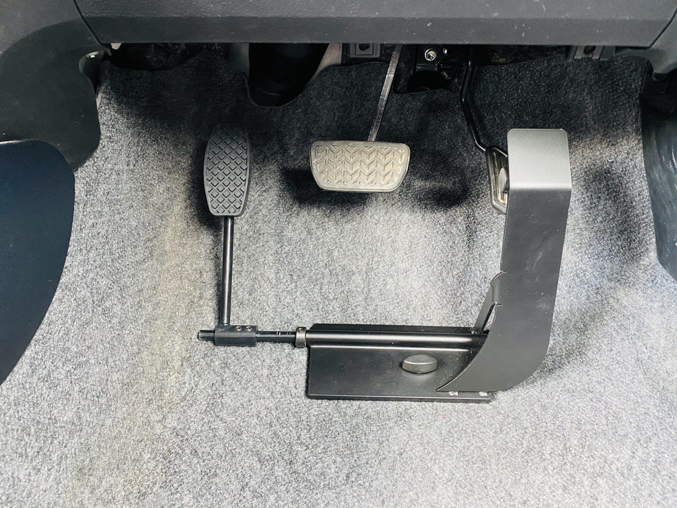 福祉車両改造 トヨタ ヴィッツ 左足アクセル 福祉車両への改造 ④