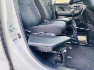 福祉車両改造 トヨタ ルーミー 手動運転装置 移乗補助シート 車いす収納装置 ⑦